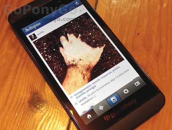 Cómo pasar los contactos de la SIM al teléfono en BlackBerry